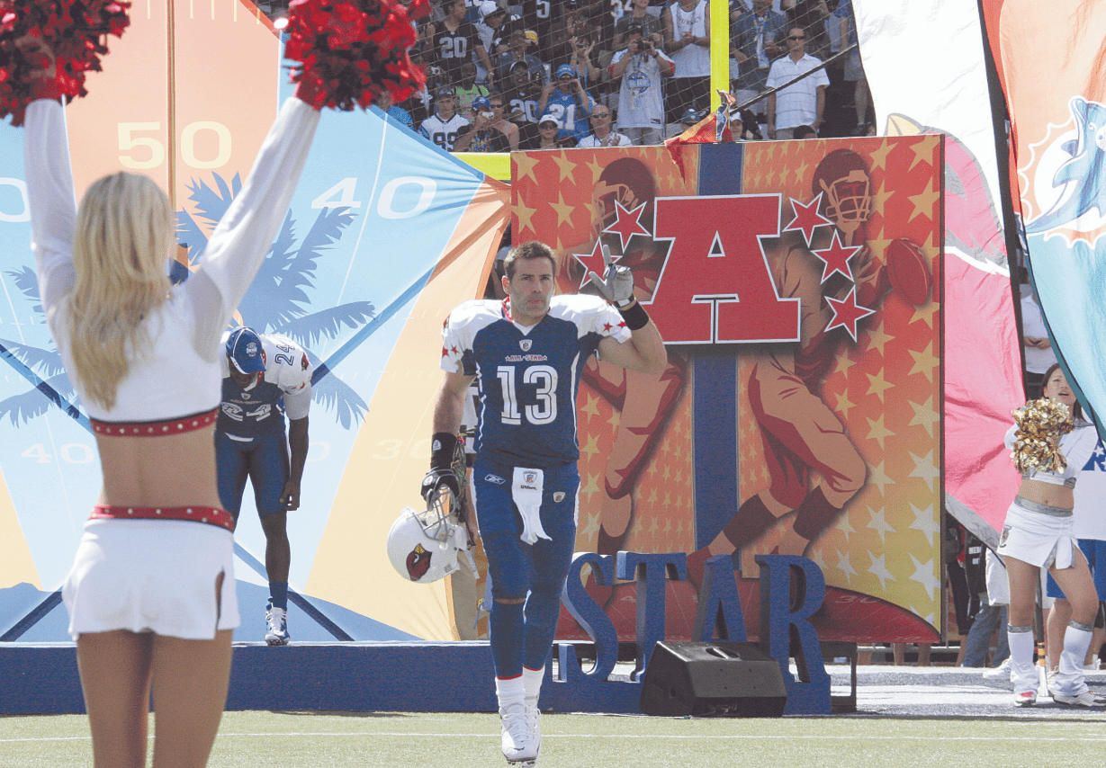 Kurt Warner waves to the 50,000 in attendance at the NFL Pro Bowl